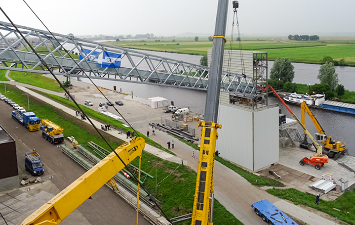 Conveyor bridge for cattle feed